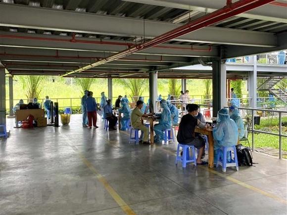 Tiêm vaccine phòng COVID-19 cho công nhân làm việc tại Khu chế xuất Tân Thuận. (Ảnh: Thanh Vũ/TTXVN)