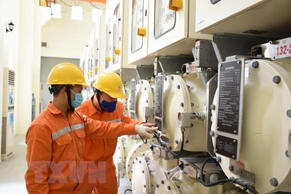 Cán bộ EVN HANOI kiểm tra các trạm biến áp cấp điện trên địa bàn Hà Nội. (Ảnh TTXVN phát)