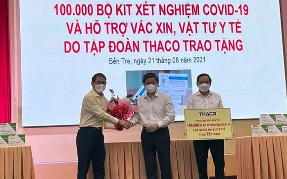 Ông Trần Bá Dương – Chủ tịch HĐQT Thaco (đầu tiên bên trái) trao 100.000 bộ kit xét nghiệm Covid-19, cho đại diện tỉnh Bến Tre.