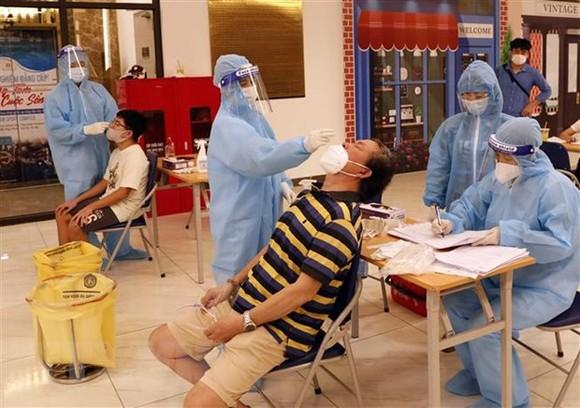 Xét nghiệm cho người dân tại chung cư 69 phố Thụy Khuê, phường Thụy Khuê, quận Ba Đình, Hà Nội. (Ảnh: Trần Việt/TTXVN)