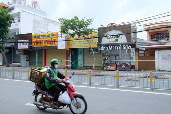 Nhiều doanh nghiệp ở TP.HCM chịu ảnh hưởng nặng nề bởi giãn cách xã hội. Trong ảnh là các cửa hàng tại quận 7 đang đóng cửa (ảnh chụp ngày 16-9) - Ảnh: BÔNG MAI