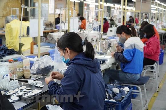 Các doanh nghiệp đã tăng cường các biện pháp phòng dịch, đảm bảo giữ ổn định sản xuất. (Ảnh: Đức Duy/Vietnam+)