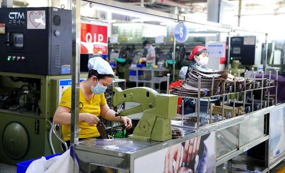"""Nhiều nhà máy đang duy trì sản xuất với lượng công nhân 20 - 30% theo phương án """"3 tại chỗ"""" hoặc """"2 điểm đến - 1 cung đường"""""""