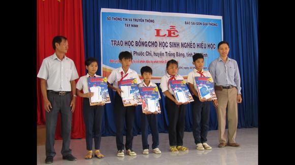 Đại diện lãnh đạo Sở TT-TT Tây Ninh và báo SGGP trao tặng học bổng cho các học sinh