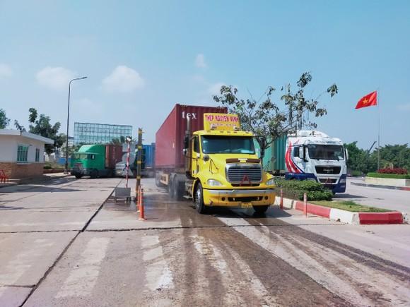 Các phương tiện qua lại cửa khẩu Mộc Bài được xịt sát khuẩn tự động