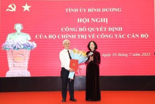 Đồng chí Trương Thị Mai tặng hoa chúc mừng tân Bí thư Tỉnh ủy Bình Dương