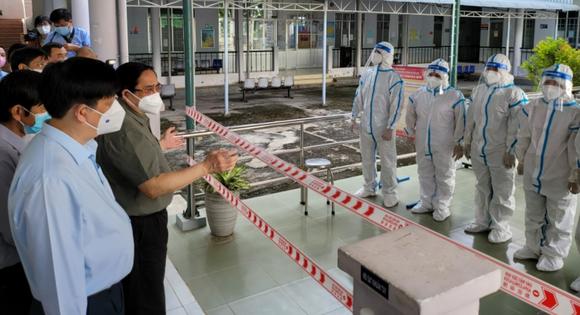 Thủ tướng Phạm Minh Chính tới thăm, động viên y bác sĩ và người bệnh tại Bệnh viện Lao và bệnh phổi Tây Ninh