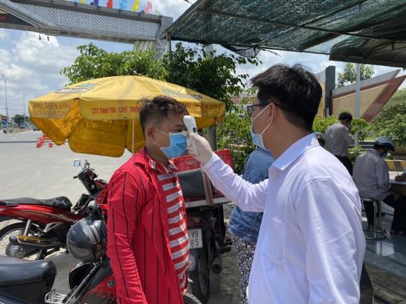 Lực lượng chức năng tỉnh Tây Ninh kiểm tra y tế tại các chốt kiểm dịch