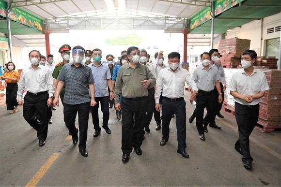Thủ tướng kiểm tra công tác điều trị người mắc Covid-19 tại TP Thuận An, tỉnh Bình Dương