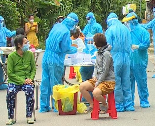 Lực lượng chức năng phường Phú Cường, TP Thủ Dầu Một xét nghiệm cho người dân trên địa bàn