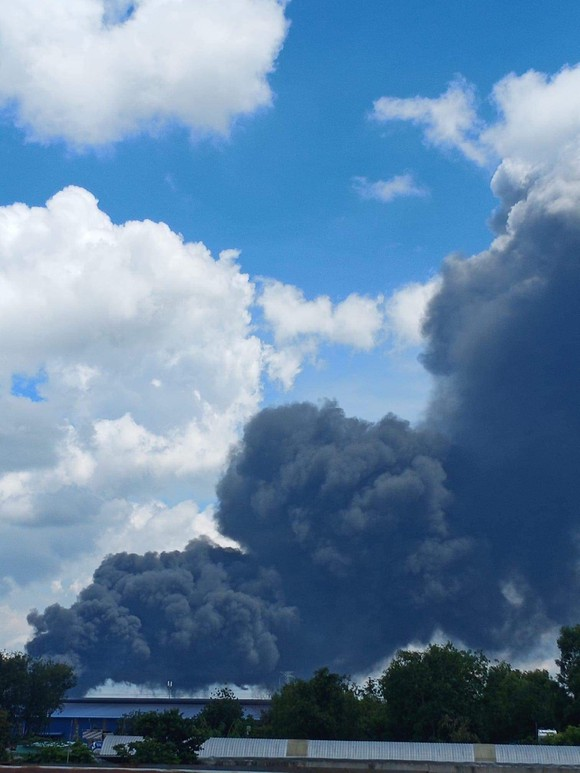 Cháy lớn tại công ty sản xuất mút xốp trong KCN Nam Tân Uyên ảnh 1