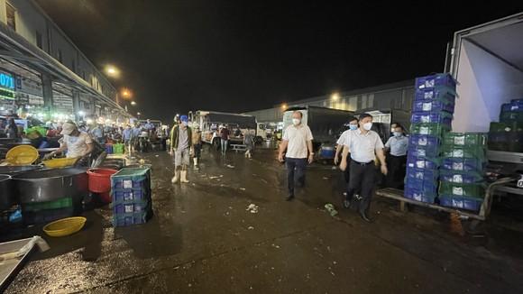Phó Chủ tịch UBND TPHCM Dương Anh Đức kiểm tra đột xuất chợ đầu mối lúc nửa đêm ảnh 1