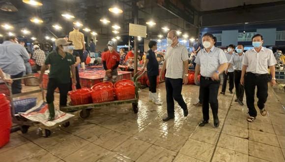 Phó Chủ tịch UBND TPHCM Dương Anh Đức kiểm tra đột xuất chợ đầu mối lúc nửa đêm ảnh 2