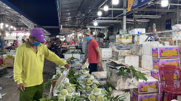 Phó Chủ tịch UBND TPHCM Dương Anh Đức kiểm tra đột xuất chợ đầu mối lúc nửa đêm ảnh 3