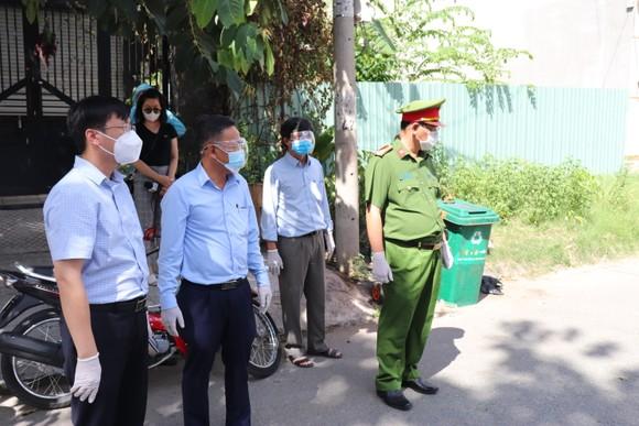 Ban Dân vận Thành ủy TPHCM thăm lực lượng tuyến đầu phòng chống dịch ở quận Bình Tân ảnh 1