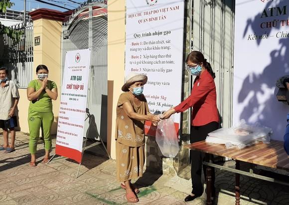 'ATM gạo Chữ thập đỏ' đến với người dân quận Bình Tân ảnh 1