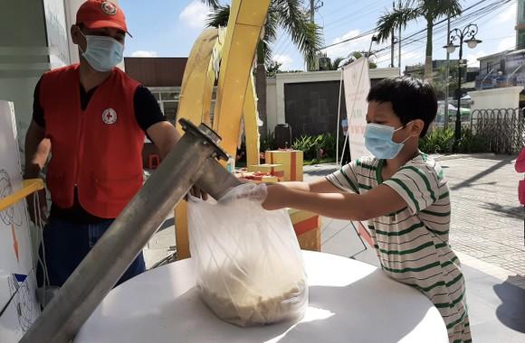 'ATM gạo Chữ thập đỏ' đến với người dân quận Bình Tân ảnh 6