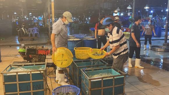Bí thư Thành ủy TPHCM kiểm tra đột xuất việc phòng chống dịch Covid-19 ở chợ Bình Điền ảnh 5