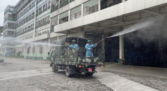 Quân đội phun thuốc khử khuẩn quy mô lớn tại quận Bình Tân ảnh 18