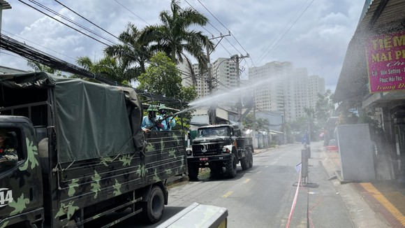Quân đội phun thuốc khử khuẩn quy mô lớn tại quận Bình Tân ảnh 12