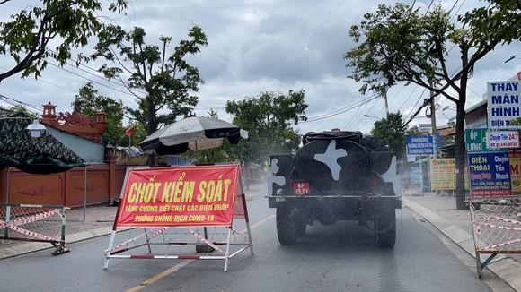 Quân đội phun thuốc khử khuẩn quy mô lớn tại quận Bình Tân ảnh 2