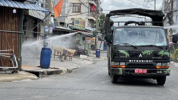 Quân đội phun thuốc khử khuẩn quy mô lớn tại quận Bình Tân ảnh 14
