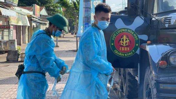 Quân đội phun thuốc khử khuẩn quy mô lớn tại quận Bình Tân ảnh 6