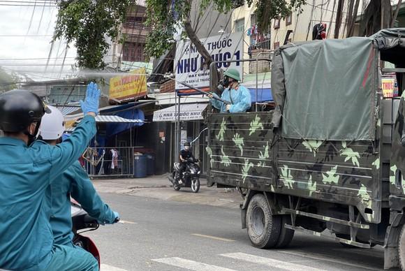 Quân đội phun thuốc khử khuẩn quy mô lớn tại quận Bình Tân ảnh 3