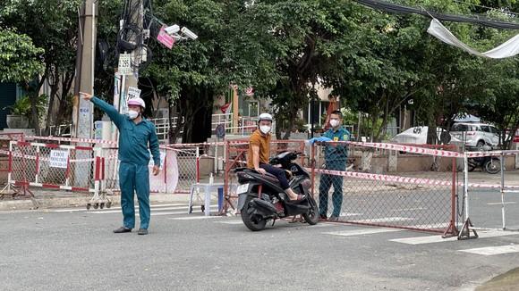 Quân đội phun thuốc khử khuẩn quy mô lớn tại quận Bình Tân ảnh 16