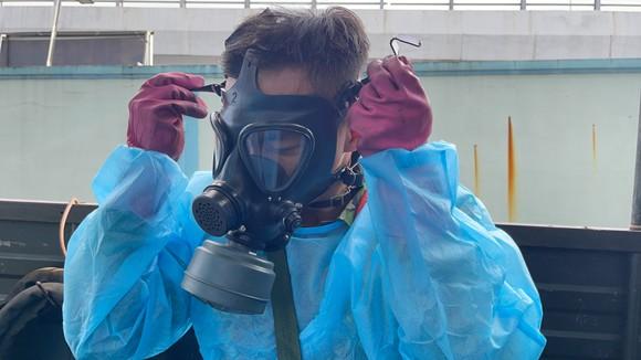 Quân đội phun thuốc khử khuẩn quy mô lớn tại quận Bình Tân ảnh 7