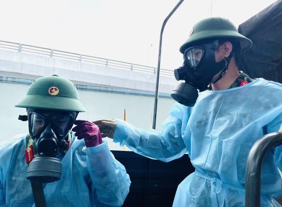 Quân đội phun thuốc khử khuẩn quy mô lớn tại quận Bình Tân ảnh 8