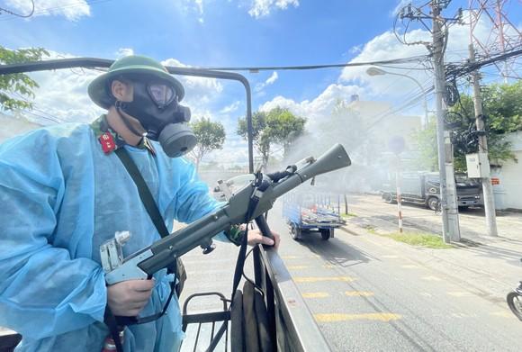Quân đội phun thuốc khử khuẩn quy mô lớn tại quận Bình Tân ảnh 20