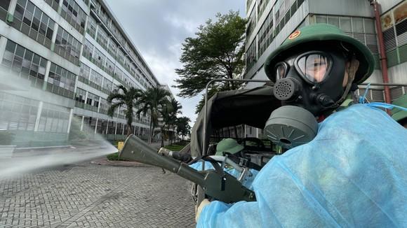 Quân đội phun thuốc khử khuẩn quy mô lớn tại quận Bình Tân ảnh 4