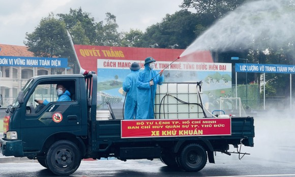 Gần 2.000 cán bộ chiến sĩ tham gia phun thuốc khử khuẩn trên toàn TPHCM ảnh 11