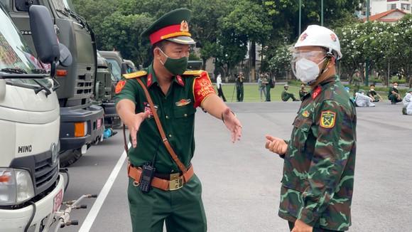 Gần 2.000 cán bộ chiến sĩ tham gia phun thuốc khử khuẩn trên toàn TPHCM ảnh 3