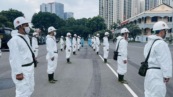 Gần 2.000 cán bộ chiến sĩ tham gia phun thuốc khử khuẩn trên toàn TPHCM ảnh 6