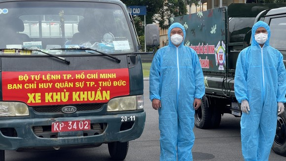 Gần 2.000 cán bộ chiến sĩ tham gia phun thuốc khử khuẩn trên toàn TPHCM ảnh 4