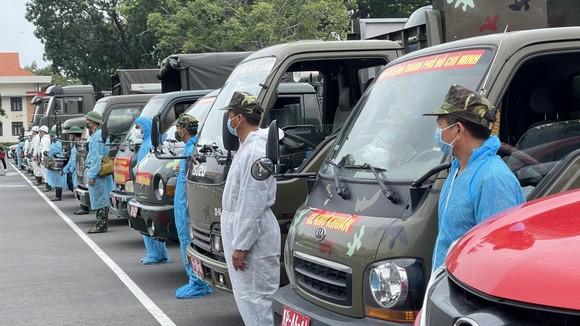 Gần 2.000 cán bộ chiến sĩ tham gia phun thuốc khử khuẩn trên toàn TPHCM ảnh 5