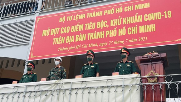 Gần 2.000 cán bộ chiến sĩ tham gia phun thuốc khử khuẩn trên toàn TPHCM ảnh 1
