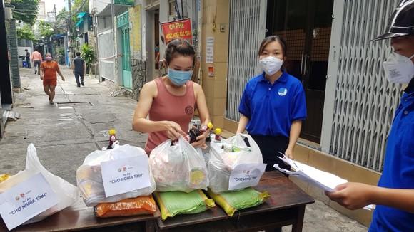 Đoàn viên thanh niên Đoàn phường 11, quận Tân Bình đi chợ giúp người dân. Ảnh: VĂN MINH