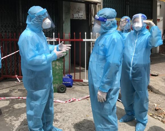 Bí thư Thành ủy TPHCM Nguyễn Văn Nên thăm, động viên người dân ở trọ phải giãn cách ảnh 4