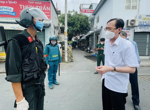 Trưởng Ban Nội chính Thành ủy TPHCM kiểm tra, thăm hỏi người dân trong khu phong tỏa ở quận 6  ảnh 5