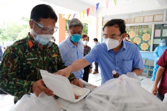 Bí thư Thành ủy TPHCM Nguyễn Văn Nên đi thăm, động viên F0 trong bệnh viện dã chiến ảnh 9