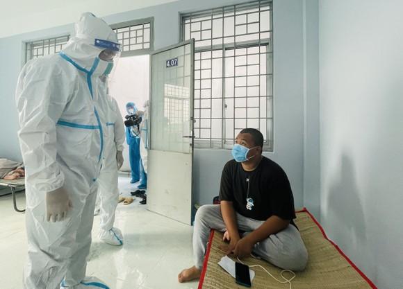 Bí thư Thành ủy TPHCM Nguyễn Văn Nên đi thăm, động viên F0 trong bệnh viện dã chiến ảnh 2