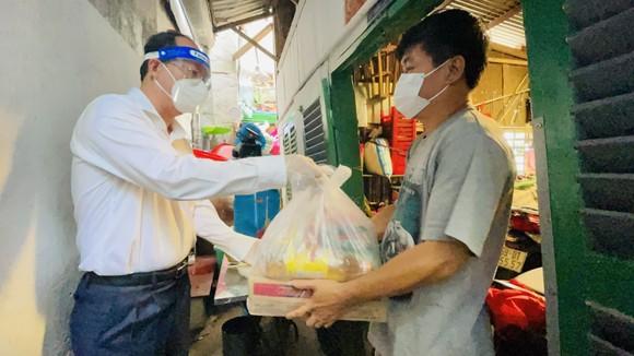 Phó Bí thư Thành ủy TPHCM Nguyễn Hồ Hải thăm hỏi, tặng quà bà con khó khăn trong khu phong tỏa ảnh 3