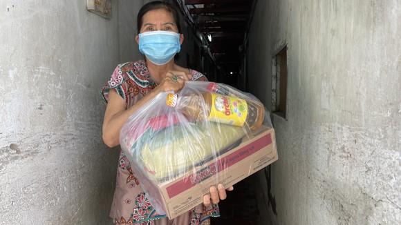 Phó Bí thư Thành ủy TPHCM Nguyễn Hồ Hải thăm hỏi, tặng quà bà con khó khăn trong khu phong tỏa ảnh 4