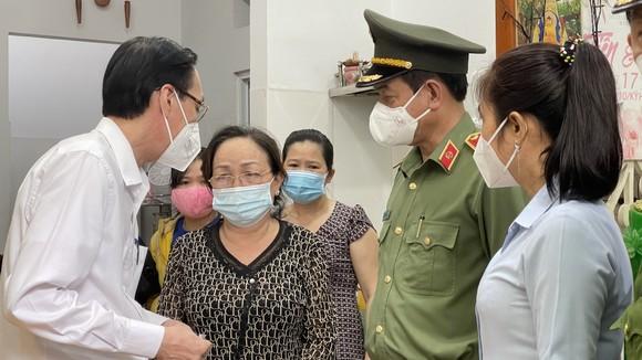 Lãnh đạo TPHCM chia buồn, động viên gia đình thượng úy công an hy sinh khi làm nhiệm vụ phòng, chống dịch Covid-19 ảnh 2