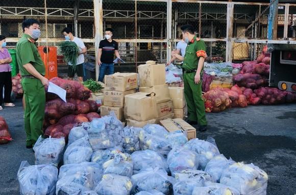 Cán bộ, chiến sĩ công an tặng hơn 14 tấn rau, củ, quả cho bà con TPHCM ảnh 1