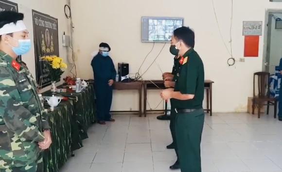 Lập bàn thờ chịu tang cha mẹ trong khu cách ly, hai chiến sĩ tiếp tục chống dịch Covid-19 ảnh 2