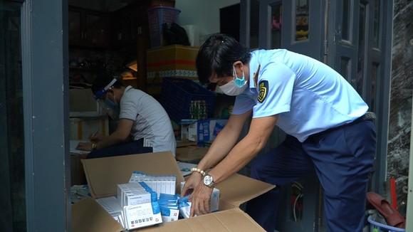 Lực lượng chức năng kiểm tra số thuốc tang vật